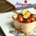 gà kho trứng cút, Trứng cút chọn quả to, tròn đều, không bị nứt, vỡ. Rửa sạch, cho vào nồi luộc chín rồi lấy ra ngâm ngay vào nước lạnh. Sau đó bóc vỏ, rửa sạch cách làm trứng cút kho xì dầu Hành, gừng cắt lát mỏng, ớt có thể để nguyên quả hoặc cắt nhỏ tùy thích. trung-cut-kho-xi-dau (3) Cho một chút dầu ăn vào chảo, thêm đường phèn, đun nhỏ lửa cho tới khi đường phèn tan hết thì cho hành, gừng, ớt khô và trứng cút vào. trung-cut-kho-xi-dau (5) Thêm xì dầu cho vừa miệng rồi thêm 1 chút nước lọc để ngập khoảng 1/3 quả trứng. Đun cho tới khi nước trong chảo sôi thì các bạn hạ nhỏ lửa, om trong khoảng 10 phút cho trứng ngấm gia vị. trung-cut-kho-xi-dau (7) Sau đó, bật lửa lớn cho nước sốt sánh lại, đảo đều cho nước sốt bám đều trên mặt trứng sau đó rắc thêm một ít vừng rang rồi tắt bếp. trung-cut-kho-xi-dau (8)