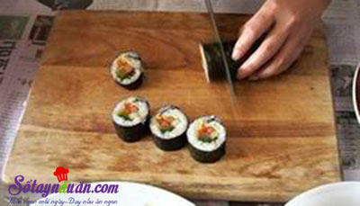 Cách làm kimbap Hàn Quốc siêu ngon, cực đơn giản tại nhà 4.1