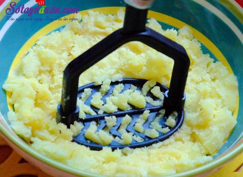 Bí quyết làm khoai tây bọc xúc xích chiên giòn cực ngon 2