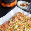 cách làm kimbap, Bước 5: - Cho tôm, sò điệp, thịt bò và trứng lên trên. 8