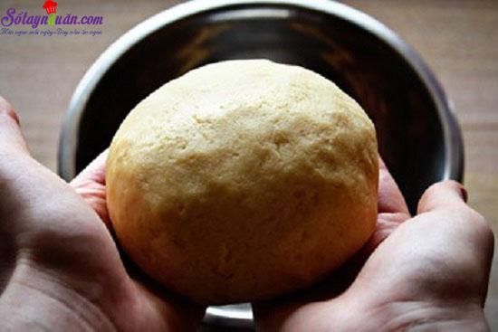 - Bước 8: Bánh sau khi đan xong cho vào lò nướng ở nhiệt độ 175 độ C trong 40-45 phút.  - Bước 9: Lấy bánh ra, để nguội rồi cắt thành miếng để ăn. 2