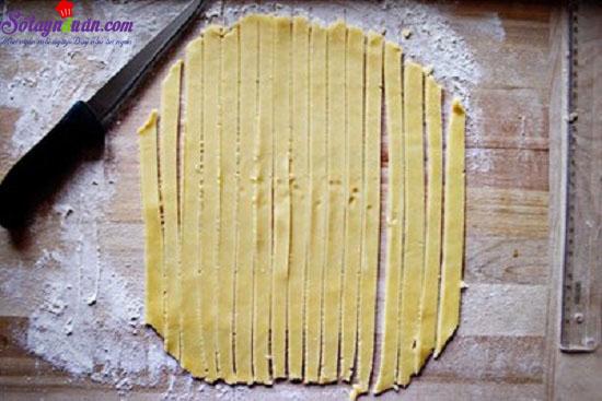 - Bước 8: Bánh sau khi đan xong cho vào lò nướng ở nhiệt độ 175 độ C trong 40-45 phút.  - Bước 9: Lấy bánh ra, để nguội rồi cắt thành miếng để ăn. 6