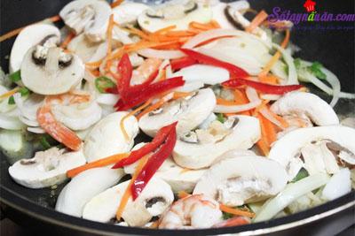 cách làm món mì xào hải sản kiểu Hàn Quốc 9