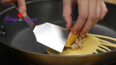 Cách làm pancake cuộn xúc xích bò băm kiểu Thái cực ngon 8