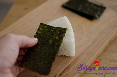 Hướng dẫn làm cơm nắm kim chi cá ngừ ngon tuyệt vời 14
