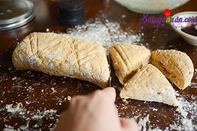 Hướng dẫn làm bánh scones hương quế giòn tan thơm ngon 9