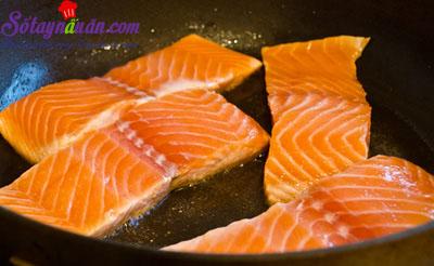 Cách làm cá hồi rán kèm xốt xì dầu ngon mê mẩn 4