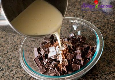 Mẹo làm sốt chocolate ăn kèm với kem ngon tuyệt vời 4