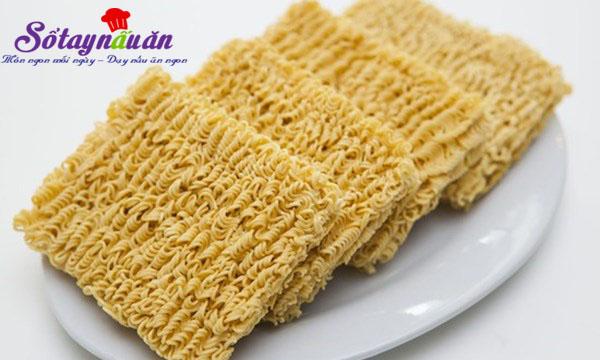 Mẹo hay ăn mì tôm không lo mọc mụn, độc hại tới cơ thể 1