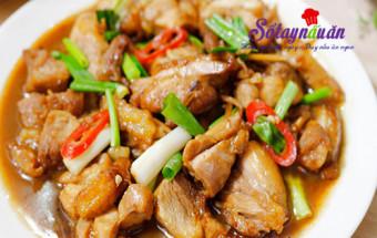 Nấu ăn món ngon mỗi ngày với 2 nhánh hành lá, Ngon hơn với thịt gà rim nước tương chuẩn vị