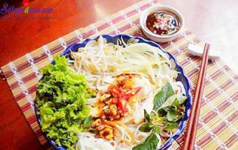 Nấu ăn món ngon mỗi ngày với Hành khô, cách làm phở gà trộn sốt me 6