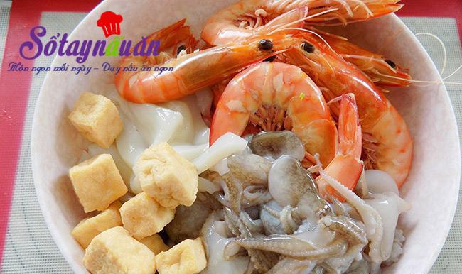 Cách nấu lẩu kim chi hải sản nóng hổi ngày mưa lạnh